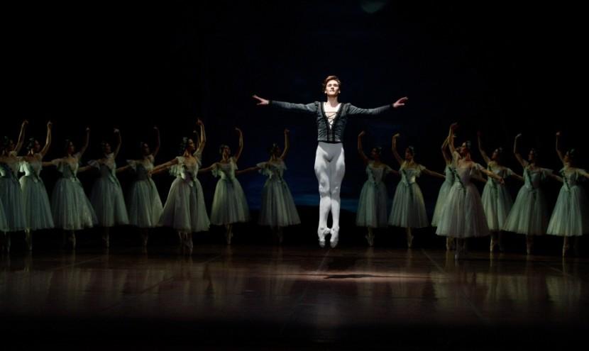 Giselle Ch: frei nach Coralli, Perrot, Petipa Tänzer/ dancers: Friedemann Vogel, Ensemble